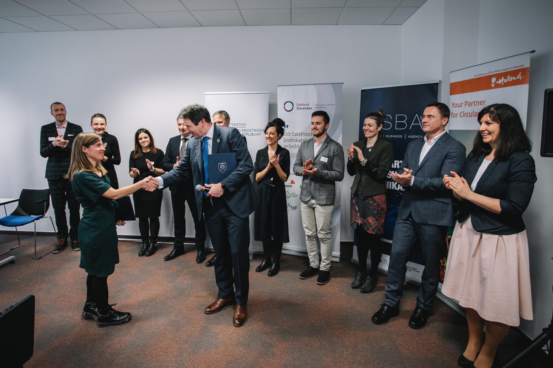 Fotografia partnerov Circular Slovakia pri spečatení dohody o spolupráci